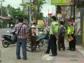 Polisi tengah melakukan olah TKP, di lokasi hilangnya 2 motor pelajar karena dihipnotis, di Kutowinangun, Kebumen - foto: Sujono/Koranjuri.com