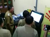 Bupati Purworejo Agus Bastian, saat menerima penjelasan dari Kepala Dinas Penanaman Modal dan Pelayanan Terpadu Satu Pintu, Widyo Prayitno, tentang prosedur kepengurusan izin dengan sistim online - foto: Sujono/koranjuri.com