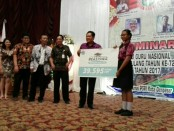 Walikota Denpasar Rai Dharmawijaya Mantra menyerahkan secara simbolis beasiswa kepada 39.595 siswa SMP - foto: Koranjuri.com