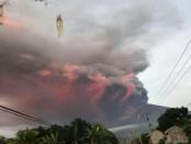 Terlihat semburat warna merah saat letusan Gunung  Agung pada Minggu, 26 November 2017 pagi - foto: Istimewa
