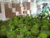 Bantuan LPG untuk pengungsi Gunung Agung di Posko logistik Tanah Ampo, Karangasem - foto: Wahyu Siswadi/Koranjuri.com