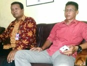 Kepala Desa Singkilkulon, Istiyanto, didampingi Ketua BPD, Budi Hartono - foto: Sujono/Koranjuri.com