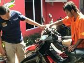Pelaku  yang dengan mengambil sepeda motor yang diparkir tanpa diamankan dengan kunci stir. Pelaku nekad menuntun sepeda motor itu sebelum akhirnya dibawa kabur - foto: Istimewa