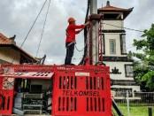 Petugas BTS Telkomsel sedang mengecek kesiapan jaringan BTS di sekitar wilayah erupsi Gunung Agung - foto: Ari Wulandari/Koranjuri.com