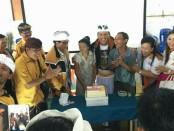 DPD Hanura Bali menyambangi warga pengungsi dampak erupsi GA. Logistik didistribusikan sekaligus memberikan penghiburan kepada para pengungsi - foto: Koranjuri.com