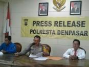 Kapolresta Denpasar Kombes Pol. Hadi Purnomo (tengah) menyampaikan laporan akhir tahun atas kasus-kasus yang terjadi di sepanjang tahun 2017 - foto: Koranjuri.com
