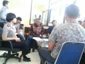 Tim sukses kubu Arti Wibi Astuti saat memberikan keterangan di hadapan polisi - foto: Sujono/Koranjuri.com