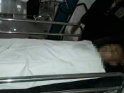 Salah satu korban tengah diotopsi oleh paramedis di RS Ba'a - foto: Isak Doris Faot/Koranjuri.com