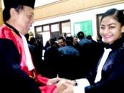 Ketua Pegadilan Tinggi Bali I Ketut Gede, SH. MH menyalami Rohma Nor Hasanah, SH,  salah seorang advokat yang baru dilantik - foto: Istimewa