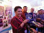Bupati Tabanan Ni Putu Eka Wiryastuti menerima penghargaan Pamsimas Award 2017 di Auditorium Kementerian Pekerjaan Umum dan Perumahan Rakyat. Penghargaan tersebut diserahkan langsung oleh Ketua CPMU Pamsimas Ir Tanozisochi Lase, M.Sc. - foto: Istimewa