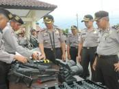 Wakapolres Kebumen, Kompol Christian Aer, saat mengecek kendaraan dinas menjelang Operasi Lilin Candi 2017, Selasa (19/12) - foto: Sujono/Koranjuri.com