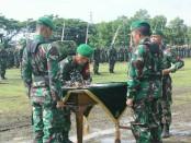 Penyerahan pasukan Pleton Beranting Yudha Wastu Pramuka, dalam upacara memperingati HUT Infanteri ke 69, Selasa (19/12), di alun-alun Kutoarjo - foto: Sujono/Koranjuri.com