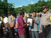Polri melalui Polres Rote Ndao memberikan penghargaan kepada 6 warga yang dinilai telah membantu polisi dalam menjaga keamanan - foto: Isak Doris Faot/Koranjuri.com