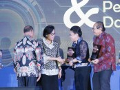 Pemkab Tabanan meraih anugerah Dana Rakça 2017 yang diterima langsung oleh Bupati Tabanan Ni Putu Eka Wiryastuti – foto: Istimewa