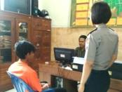 Tersangka Panjul, residivis pencuri handpone tetangga, saat menjalani pemeriksaan di Mapolsek Gombong, Kebumen - foto: Sujono/Koranjuri.com