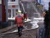 Petugas Damkar menjinakkan api saat SPBU 05.08 1996 di jalan Batukaru, Monang Maning Denpasar, terbakar, Senin, 1 Januari 2018 - foto: Istimewa
