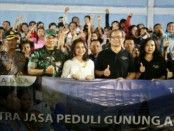 Foto bersama usai penyerahan dana konser amal dari PT Patra Jasa kepada pengungsi Gunung Agung di Kubu, Bangli - foto: Ari Wulandari/Koranjuri.com