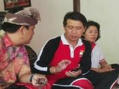 Bupati Klungkung I Nyoman Suwirta (tengah) bertemu dengan masyarakat Nusa Penida di Desa Adat Kertalangu, Denpasar, Minggu, 28 Januari 2018 - foto: Koranjuri.com