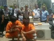 Dua pelaku kasus penjambretan 'dipamerkan' di Monumen Ground Zero, Legian, Bali agar wisatawan dapat mengenali wajah mereka - foto: Istimewa