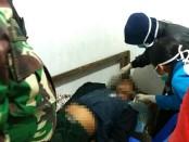 Korban Suntoro, saat diperiksa tim medis dari Puskesmas Pituruh - foto: Sujono/Koranjuri.com