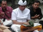 I Ketut Sudikerta mengaku cukup menikmati hidangan nasi bungkus - foto: Koranjuri.com
