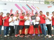 Foto bersama pejabat Telkomsel saat penyerahan Grand Prize Honda Scoopy ke pemenang undian dalam acara I LOOP RUN di Lapangan Renon Denpasar, Minggu (14/1) - foto: Ari Wulandari/Koranjuri.com