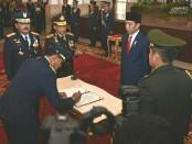 Presiden Jokowi saat melantik dan mengukuhkan Marsekal TNI Yuyu Sutisna menjadi Kepala Staf TNI AU (Kasau) di Istana Negara, Jakarta, Rabu, 17 Januari 2018 - foto: Istimewa