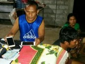 Babinsa Desa Sudimara Pelda I Wayan Sunitiasa mengamankan pasutri pelaku pencurian ponsel dan uang - foto: Istimewa