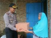 Kapolres Purworejo, AKBP Teguh Tri Prasetya, SIK, saat memberikan bantuan pada keluarga Sarwiyah, di Desa Kaliboto, Bener, Rabu (3/1) - foto: Sujono/Koranjuri.com