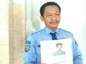 Taufik Nugroho, petugas dari LPKA kelas 1 Kutoarjo, menunjukkan foto napi anak yang kabur dari penjara atas nama Muhammad Ridwan - foto: Sujono/Koranjuri.com