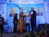 Ketua panitia penyelengara RAy. Irlisa Rachmadiana, S.Sn. MM. menyerahkan piagam penghargaan kepada Kepala Bagian Humas dan CSR PT Bank BPD Bali - foto: Eka/Koranjuri.com