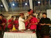 Perayaan Hari Ulang Tahun ke-34 Sekaa Teruna Ratna Wangsa Banjar Tengah, Desa Getasan, Minggu (25/2/2018), warga secara spontan menyatakan dukungannya kepada Koster-Ace - foto: Istimewa