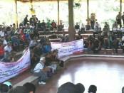 Aksi yang dilakukan Paguyuban Bus AKAP dan pedagang di Terminal Ubung. Mereka menuntut pengembalian fungsi semula dari terminal Ubung, Denpasar, sebagai transit pool bus AKAP - foto: Koranjuri.com