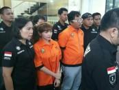 Pedangdut Roro Fitria bersama WH kurir sabu-sabu yang diciduk polisi - foto: Bob/Koranjuri.com