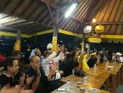 Pasangan calon Gubernur dan Wakil Gubernur Bali, Ida Bagus Rai Dharmawijaya-I Ketut Sudikerta (Mantra-Kerta) menggelar Nobar Final Piala Presiden 2018 di Rumah Apresiasi Sudikerta (RAS), Sabtu, 17 Februari 2018 - foto: Istimewa