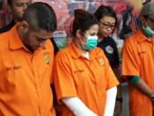 Anak dan menantu Ratu Dangdut Elvi Sukaesih dikenakan pasal 114 ayat (1) subsider pasal 112 ayat (1) UU RI No.35 tahun 2009 tentang Narkotika dengan ancaman 5 tahun penjara - foto: Bob/Koranjuri.com