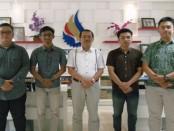 Dari kiri: I Komang Dharmendra (dosen pembimbing), I Made Suparsana,   Dr. Dadang Hermawan (Ketua STIKOM Bali), Zinedine Zidane Bawazir dan Eksa Pramindanata - foto: Istimewa
