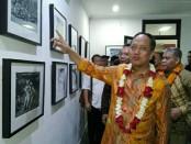 Menristek Dikti, Mohammad Nasir melihat karya repatriasi Bali 1928 yang berhasil dikumpulkan oleh tim dari STIKOM Bali, Jumat, 2 Februari 2018 - foto: Koranjuri.com