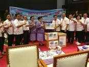LSM Kibar menyerahkan bantuan untuk warga di Asmat, Papua. Bantuan diterima oleh Ketua Umum PP Dharma Pertiwi, Nanny Hadi Tjahjanto - foto: Istimewa