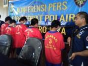 Direktorat Kepolisian Perairan, Polda Metro Jaya berhasil meringkus lima orang tersangka berinisial K bin W (nahkoda), P alias W bin R (37), R bin J (48), S alias G (27) dan H (48), karena diduga telah melakuan pemalsuan surat keterangan kecakapan (SKK) untuk nahkoda kapal - foto: Bob/Koranjuri.com