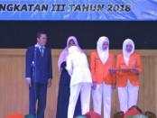 Penyematan tanda peserta PKL oleh Kepala SMK Kesehatan Purworejo, Nuryadin, S.Sos kepada para siswa, Sabtu (3/3), di gedung kesenian Sarwo Edi Wibowo - foto: Sujono/Koranjuri.com