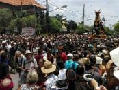 Puluhan ribu orang memadati Puri Ubud, Bali untuk menyaksikan acara tradisi Pelebon atau Pengabenan Anak Agung Niang Agung yang merupakan istri dari Raja Ubud - foto: Wahyu Siswadi/Koranjuri.com