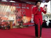 Ni Putu Putri Suastini atau Bunda Koster membacakan sajak di atas panggung deklarasi KBS-Ace di Desa Adat Buduk, Mengwi, Senin, 19 Maret 2018 - foto: Koranjuri.com