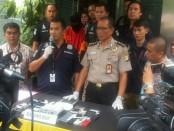Subdit Cyber Crime Polda Metro Jaya menangkap AZ (20) dalam kasus pembobolan rekening milik anggota Tim Asistensi Bawaslu DKI, Sandi Maulana. AZ ditangkap di Ogan Kemering Ilir, Sumatera Selatan - foto: Bob/Koranjuri.com