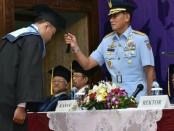 Kasau Marsekal TNI Yuyu Sutisna mewisuda lulusan Paska Sarjana (S-2), Sarjana (S-1) dan Diploma III Universitas Suryadarma (Unsurya), Jakarta di gedung Puri Ardhya Garini,  Halim Perdanakusuma, Jakarta, Kamis, 22 Maret 2018 - foto: Istimewa
