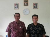 Kepala SMA PGRI 2 Denpasar, I Putu Arta (kiri) - foto: Koranjuri.com