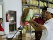 Koster berada di pabrik pembuatan wig atau rambut palsu yang konsumennya kebanyakan artis Hollywood di Banjar Dinas Abuan Kauh, Kecamatan Susut, Kabupaten Bangli - foto: Istimewa
