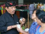 Calon Wakil Gubernur nomer urut 1, Tjok Oka Artha Ardhana Sukawati (Cok Ace) diajak berswafoto oleh pedagang di Pasar Sangsit, Buleleng yang kebanyakan kaum ibu - foto: Istimewa