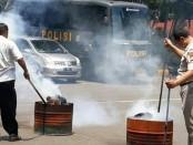 Polres Jakarta Utara memusnahkan ribuan gram sabu dan 24 kilogram ganja. Sabu-sabu dimusnahkan dengan cara diblender, sedangkan ganja setelah disiram bensin lalu dibakar - foto: Bob/Koranjuri.com