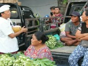Cagub I Wayan Koster melakukan blusukan ke pasar tradisional Banyusari, Kota Singaraja. Ia bertemu dengan banyak pedagang untuk menyerap aspirasi tingkat bawah - foto: Istimewa